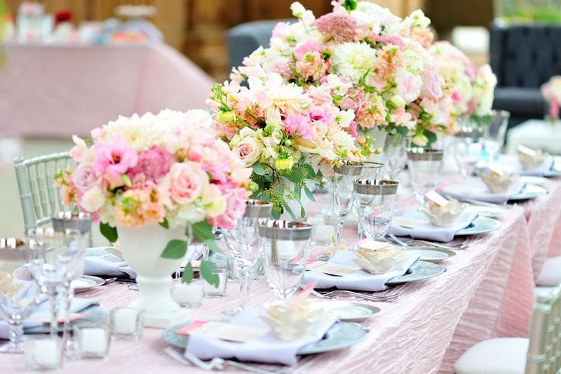 Những mẫu hoa tươi trang trí không gian lễ cưới khi đặt tiệc outside